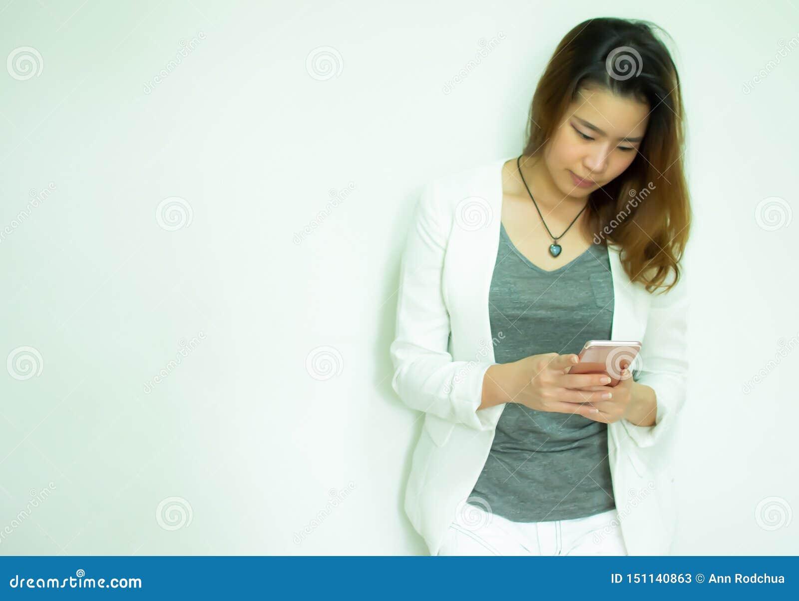 Een vrouw gebruikt mobiele telefoon