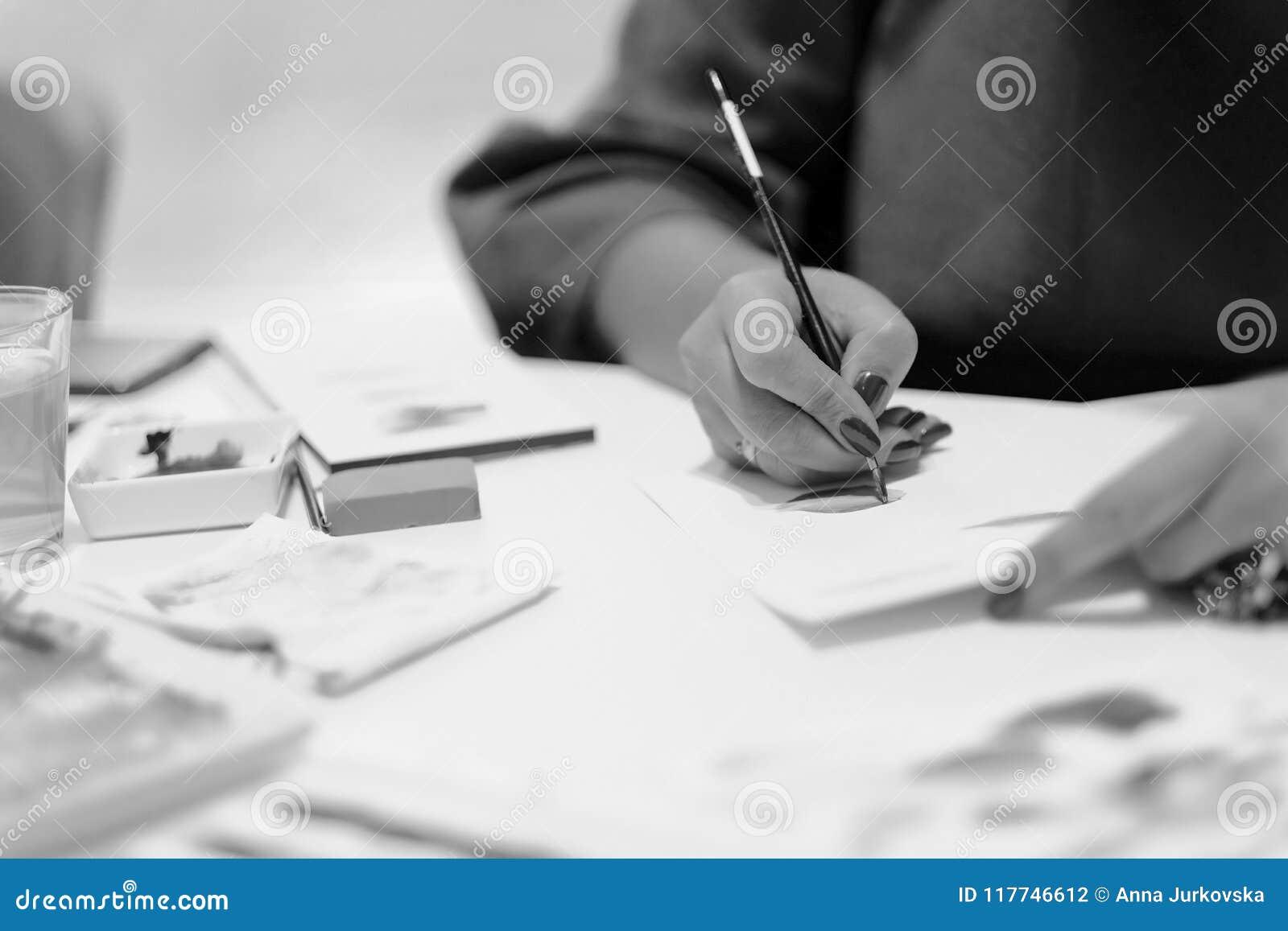 Een vrouw trekt een kleurpotlood op papier