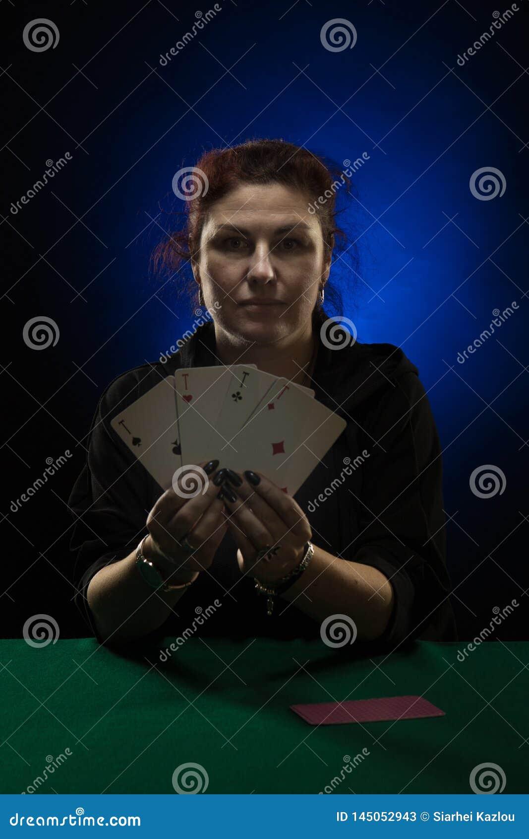 Een vrouw in zwarte kleren houdt een dek van kaarten