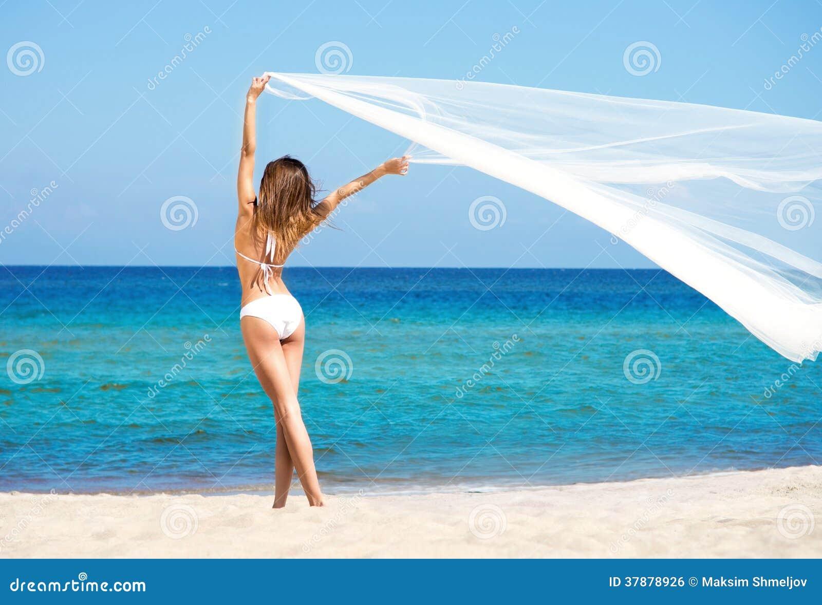 Een vrouw in zwempak het ontspannen op het strand