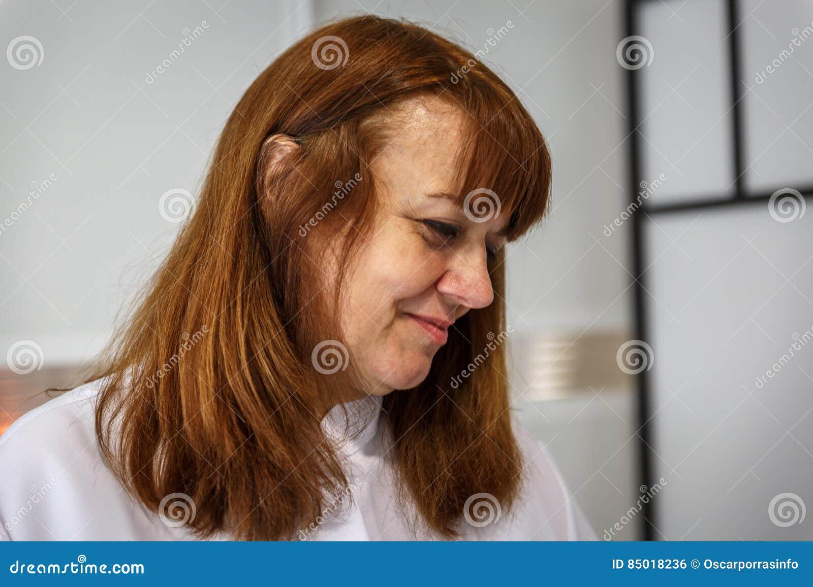 Een vrouwentherapeut kijkt affectionately