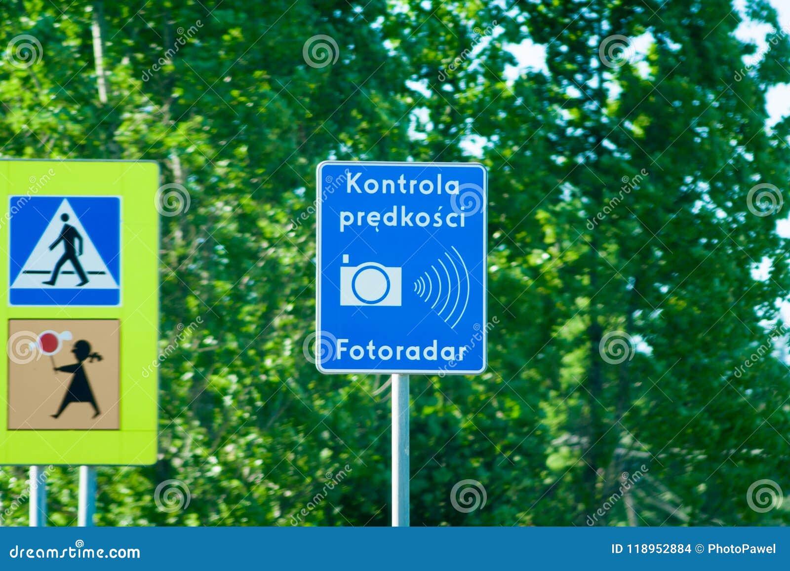 Een waarschuwingsbord over snelheidscamera en de snelheid controleren in Polen