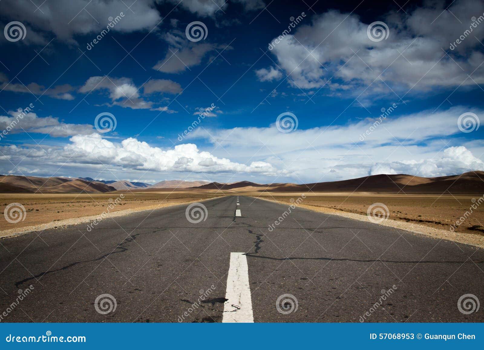 Een weg in het plateau van Tibet