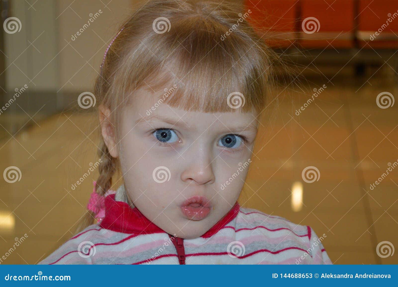 Een weinig mooie meisjessteenbolken alle emoties zijn op haar gezicht