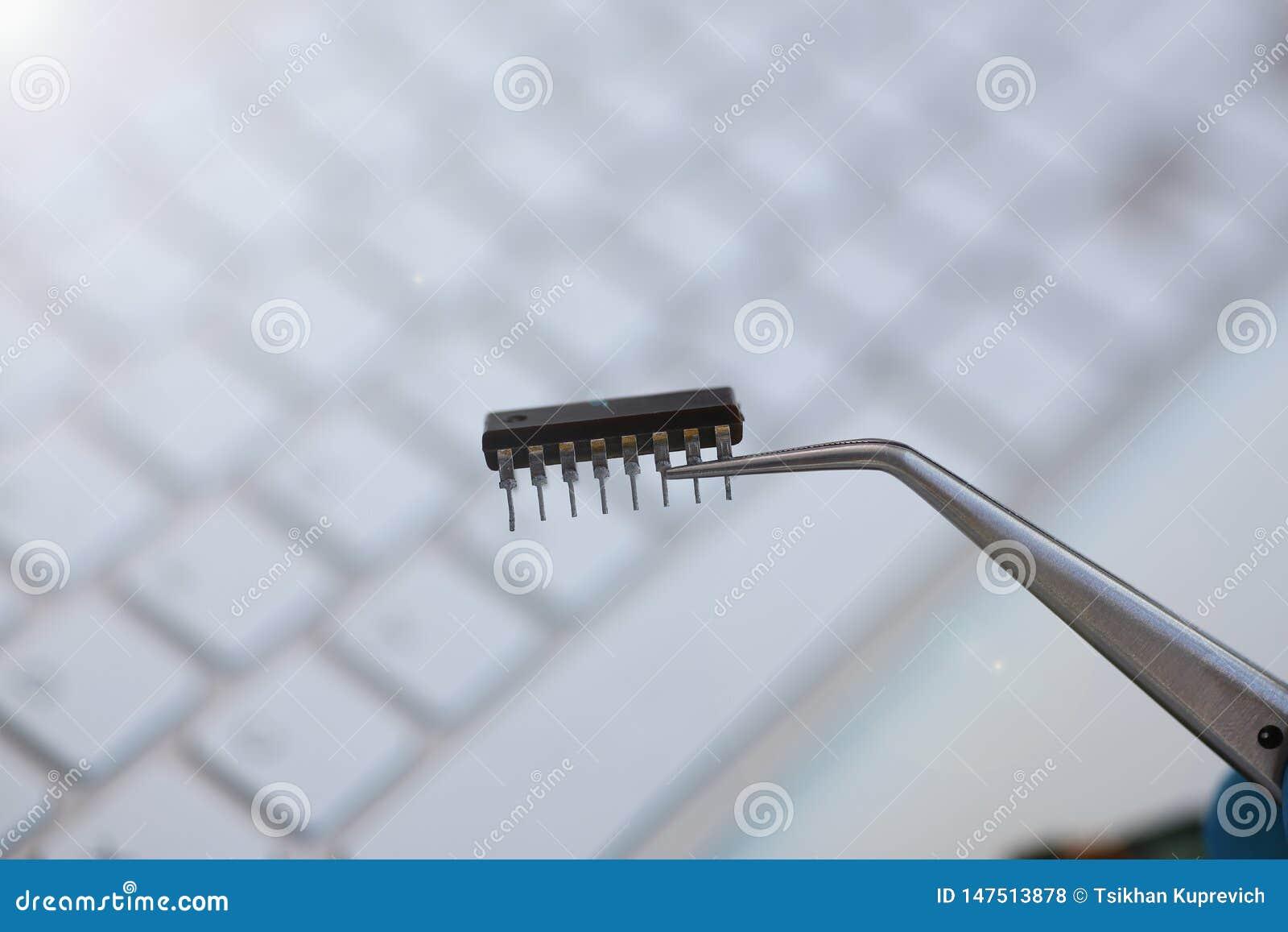 Een werknemer van de dienst van de computerreparatie