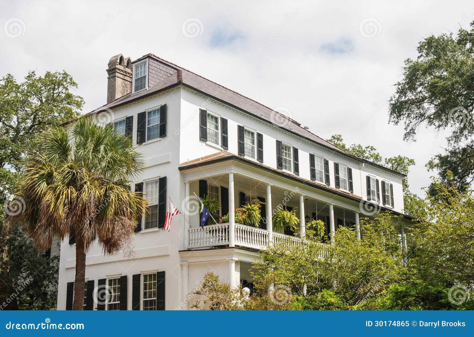 Witte huis met veranda op eerste verdieping royalty vrije stock foto afbeelding 30174865 - Huis met veranda binnenkomst ...
