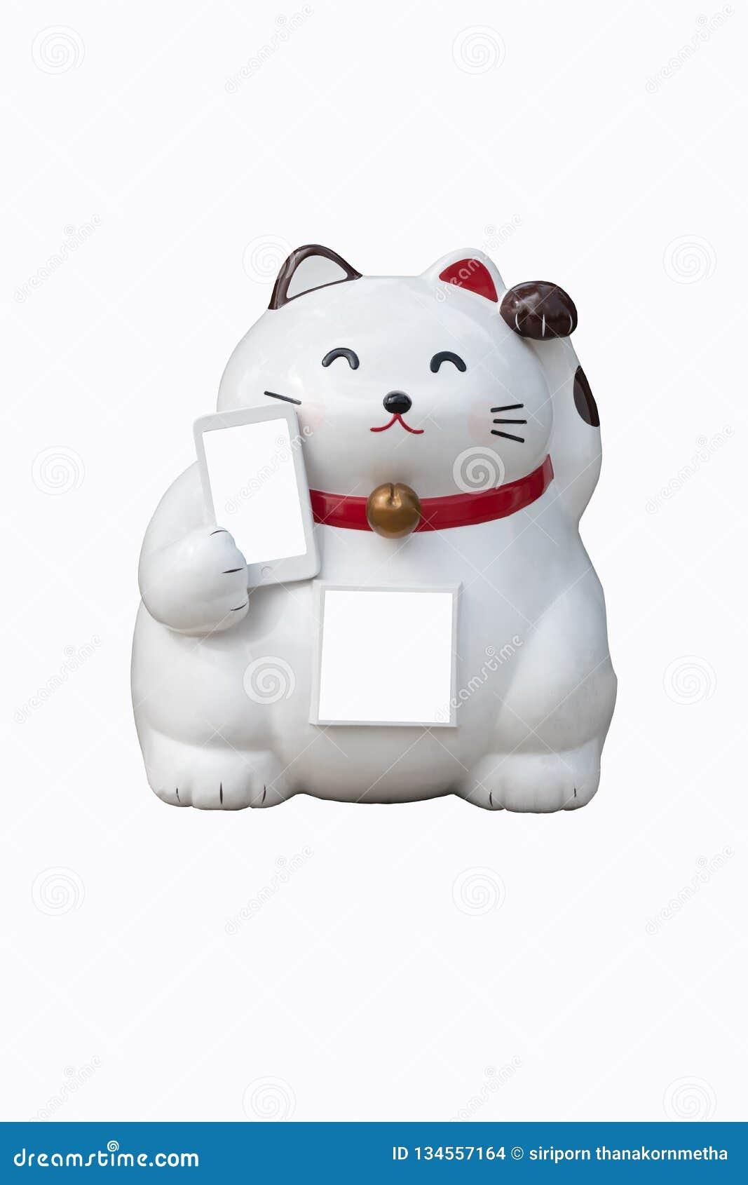 Een witte Chinese gelukkige kat met zijn linkerpoot hief een andere één holdings mobiele die telefoon op op witte achtergrond wor