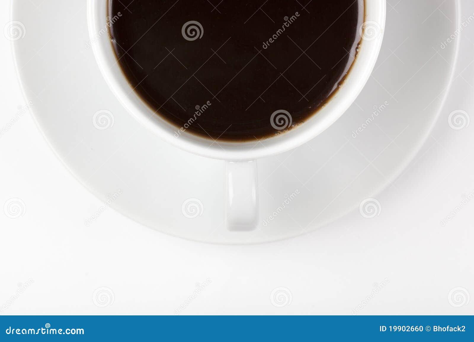 Een witte koffiekop met bruine koffie