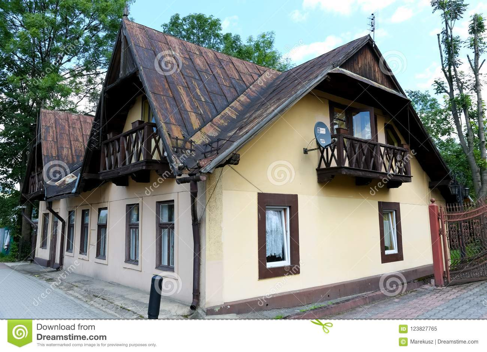 Een woningbouw van één verdieping met een zolder
