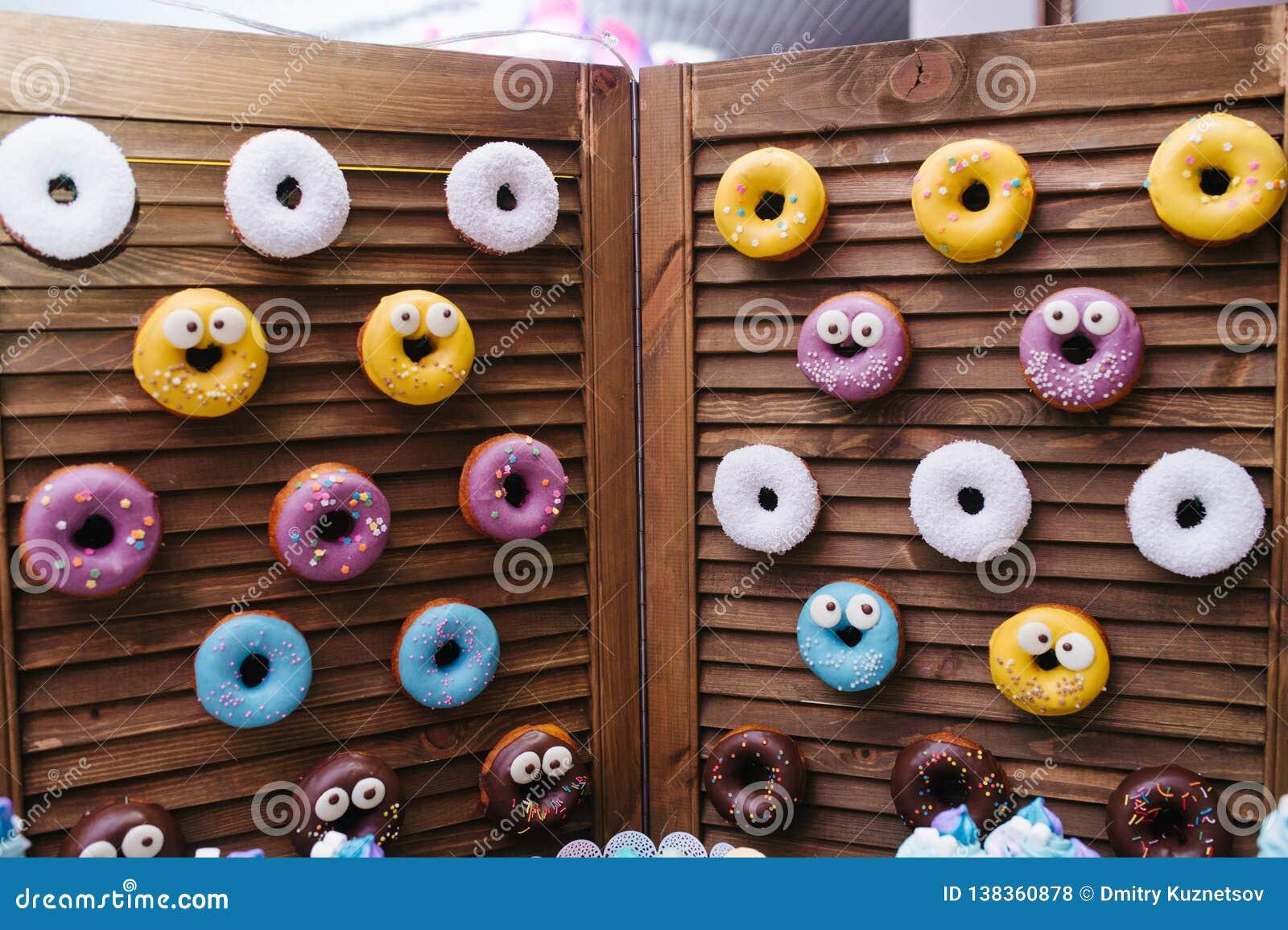 Een yummy doughnutmuur Over het houten vouwende scherm