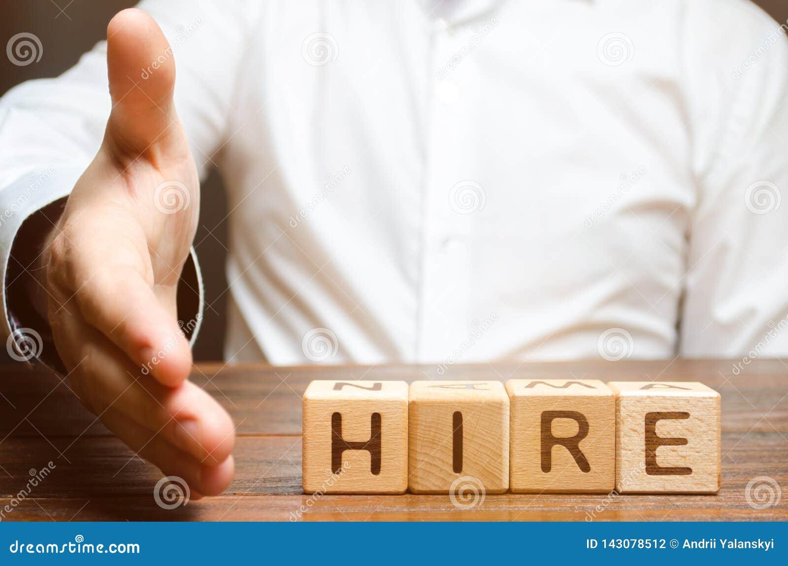 Een zakenman houdt zijn hand stand om handen te schudden en met huur tegen de achtergrond van de woordhuur akkoord te gaan Rekrut
