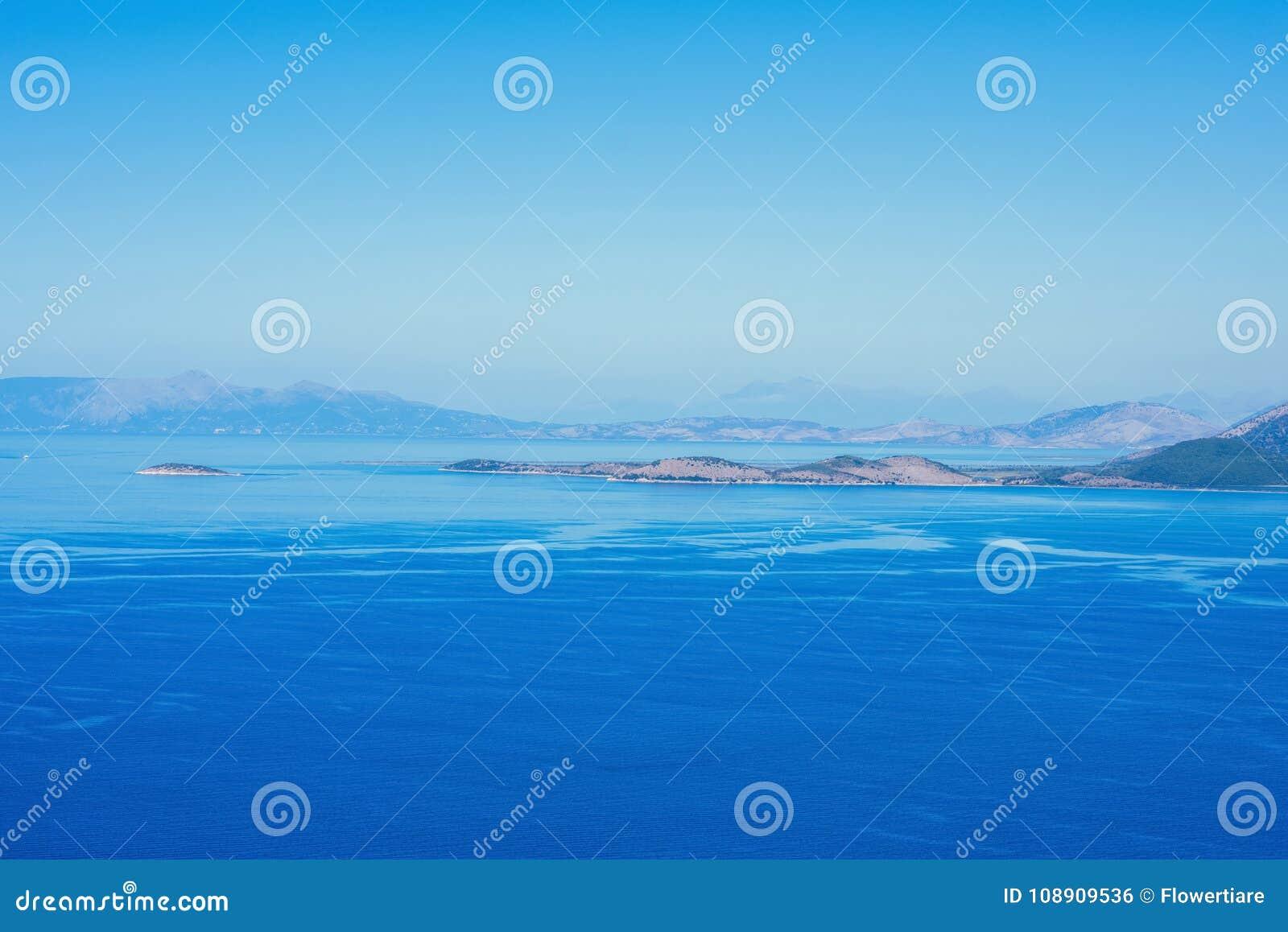 Een zeegezicht op het Griekse Eiland Kefalonia tegen de blauwe hemel en verre eilanden op de achtergrond
