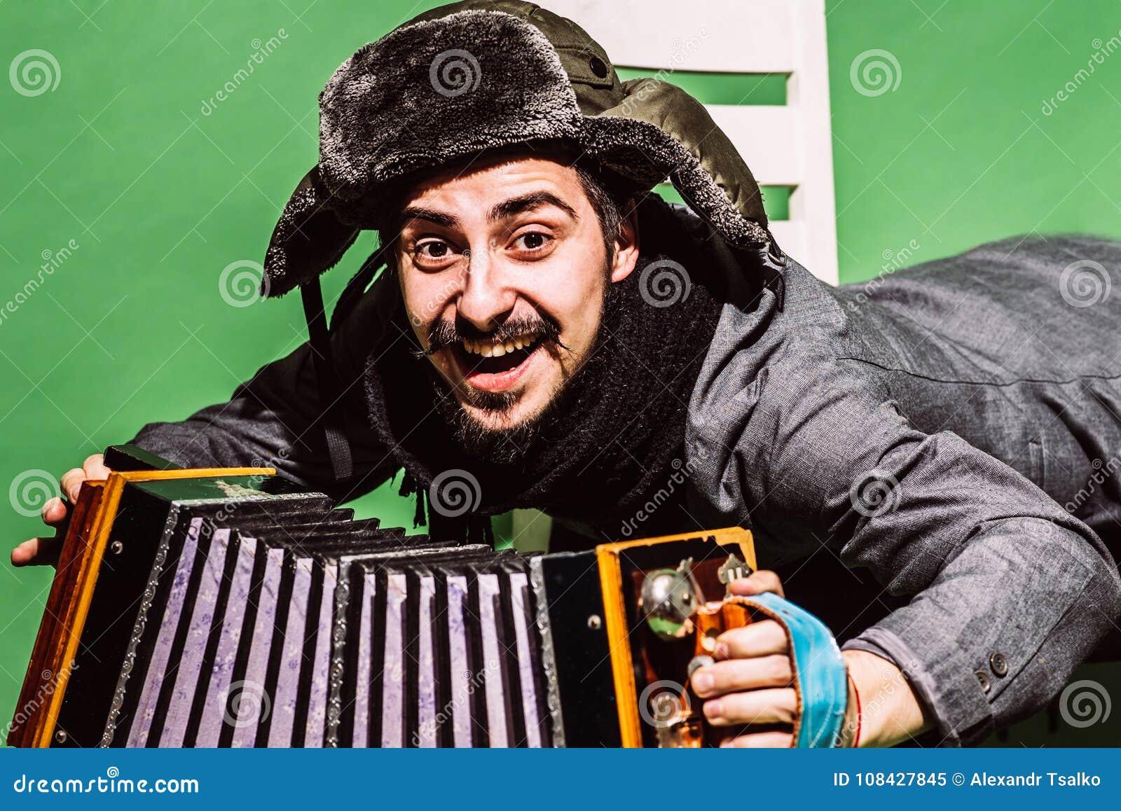Een zeer positieve mens met harmonika het stellen in de studio