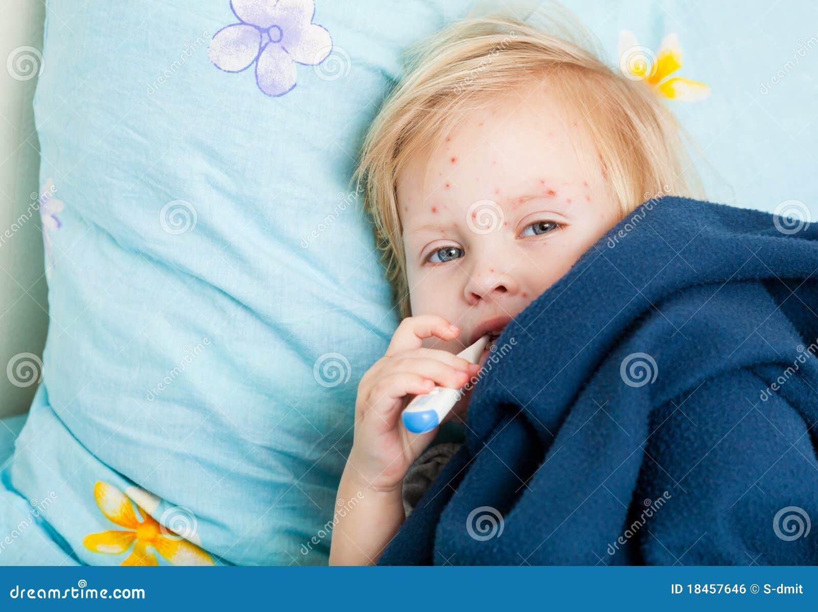Een ziek meisje meet de temperatuur