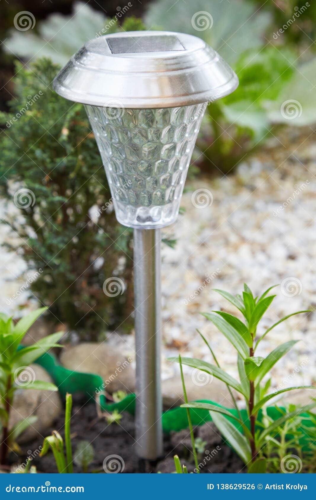 Een zonne-aangedreven lamp in de tuin