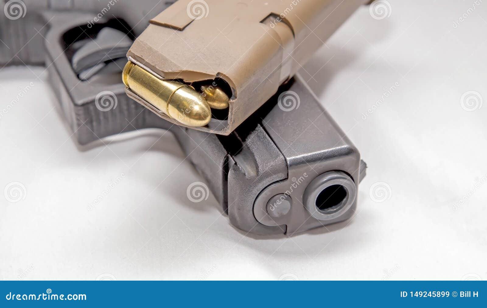 Een zwart die 9mm pistool met een pistooltijdschrift met volledig metaaljasje wordt geladen bullets bovenop het