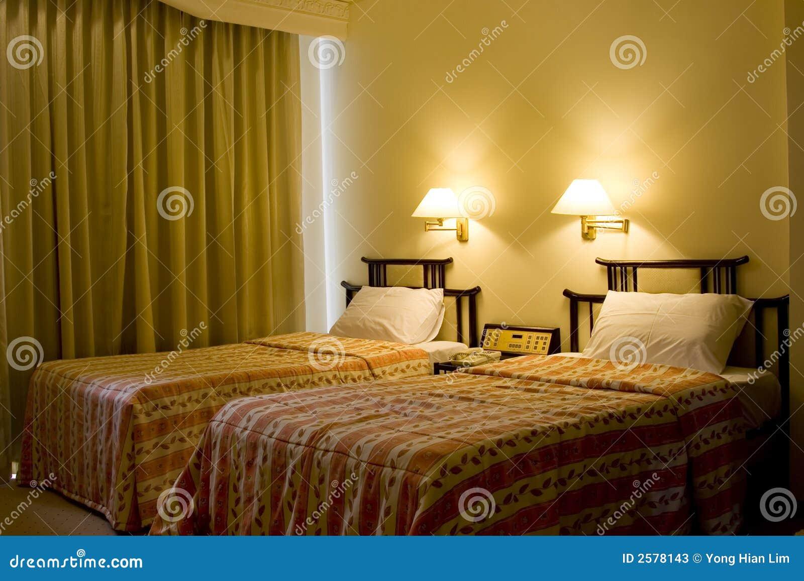 Eenpersoonsbed twee in een hotelruimte
