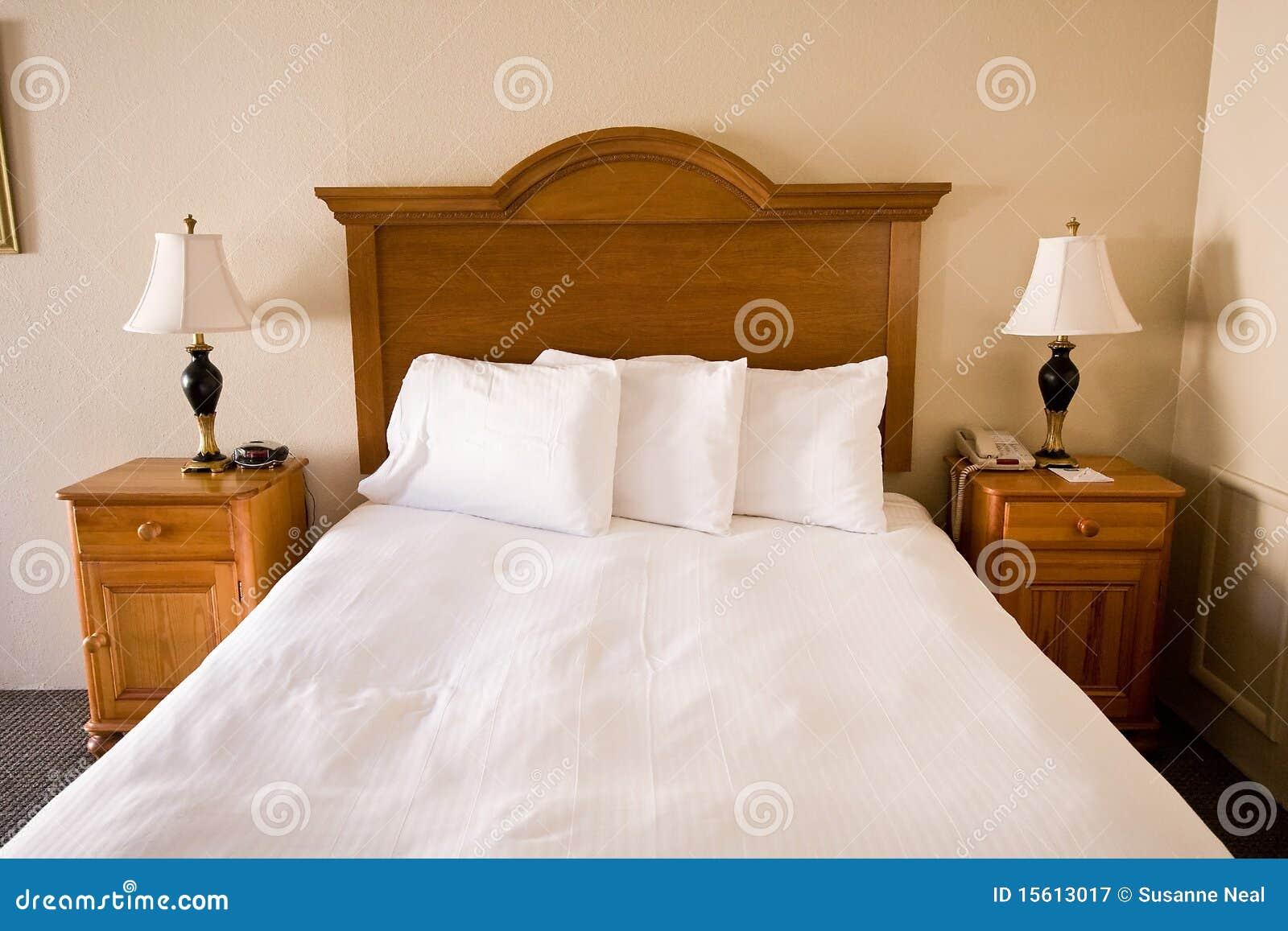 Eenvoudig bed hoofdeinde nightstands lampen royalty vrije stock fotografie beeld 15613017 - Witte hoofdeinde ...