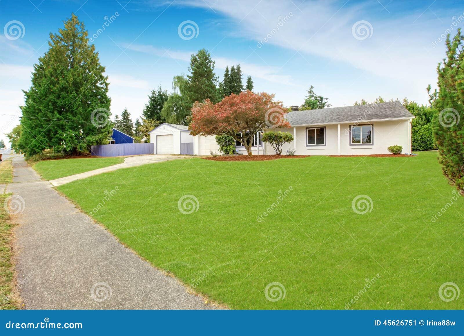 Eenvoudig huis buiten in witte kleur met groene voorwerf stock foto afbeelding 45626751 - Kleur schilderij gang ingang ...