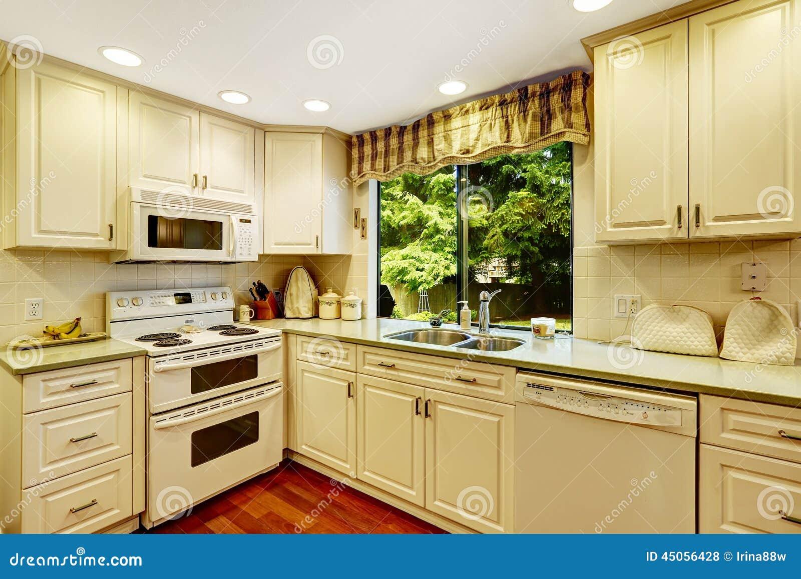 Eenvoudig keukenbinnenland in oud huis stock foto afbeelding