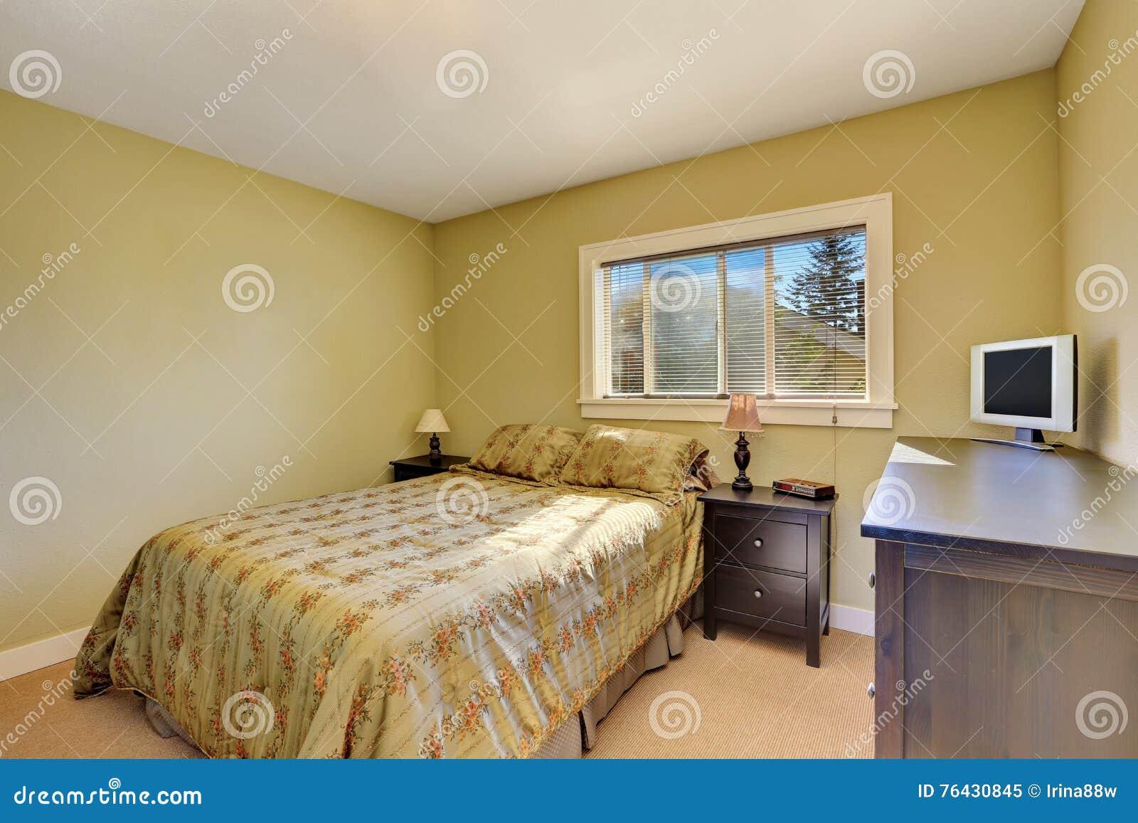 Gele Muur Slaapkamer : Eenvoudig slaapkamerbinnenland met gele muren stock afbeelding