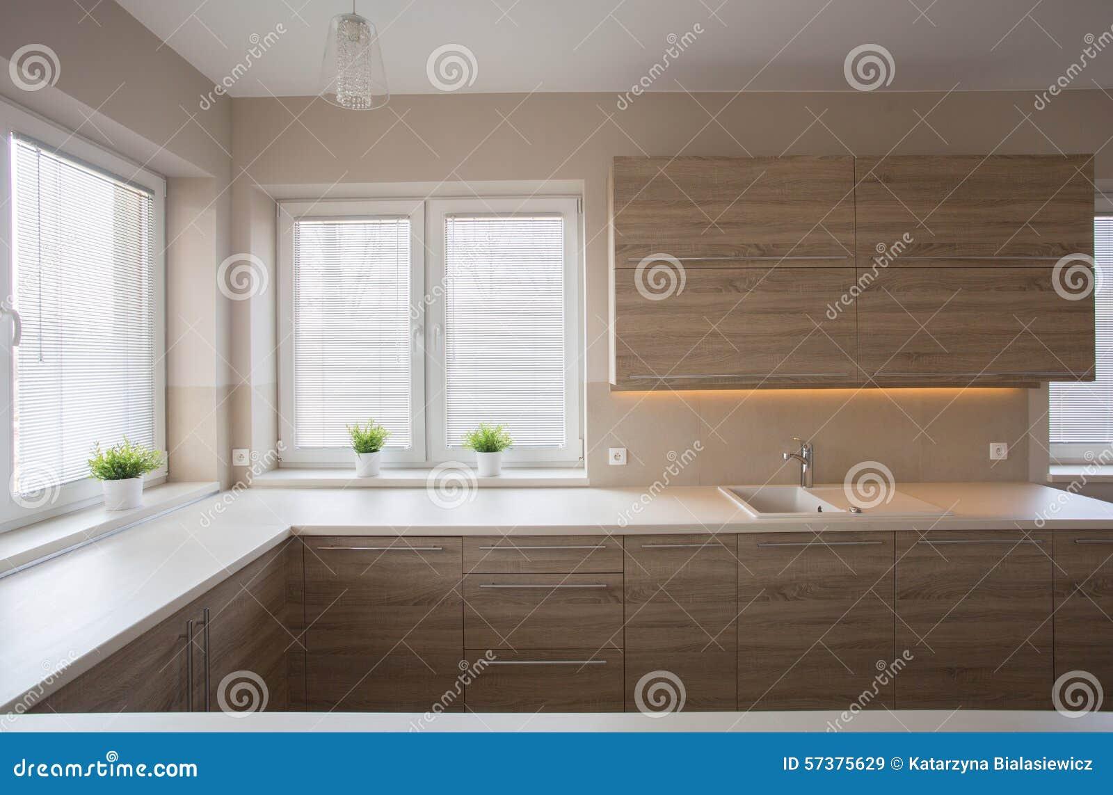 Eenvoudige keuken met houten meubilair