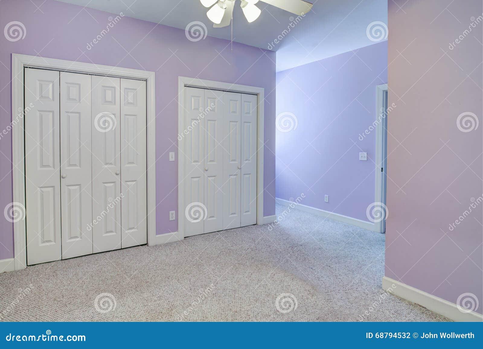 Eenvoudige lege slaapkamer,