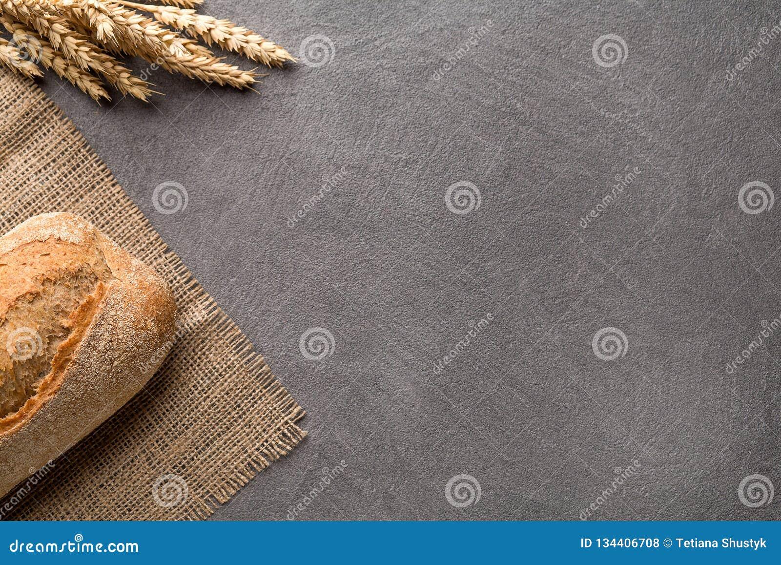Eenvoudige minimalistic broodachtergrond, verse brood en tarwe Hoogste mening