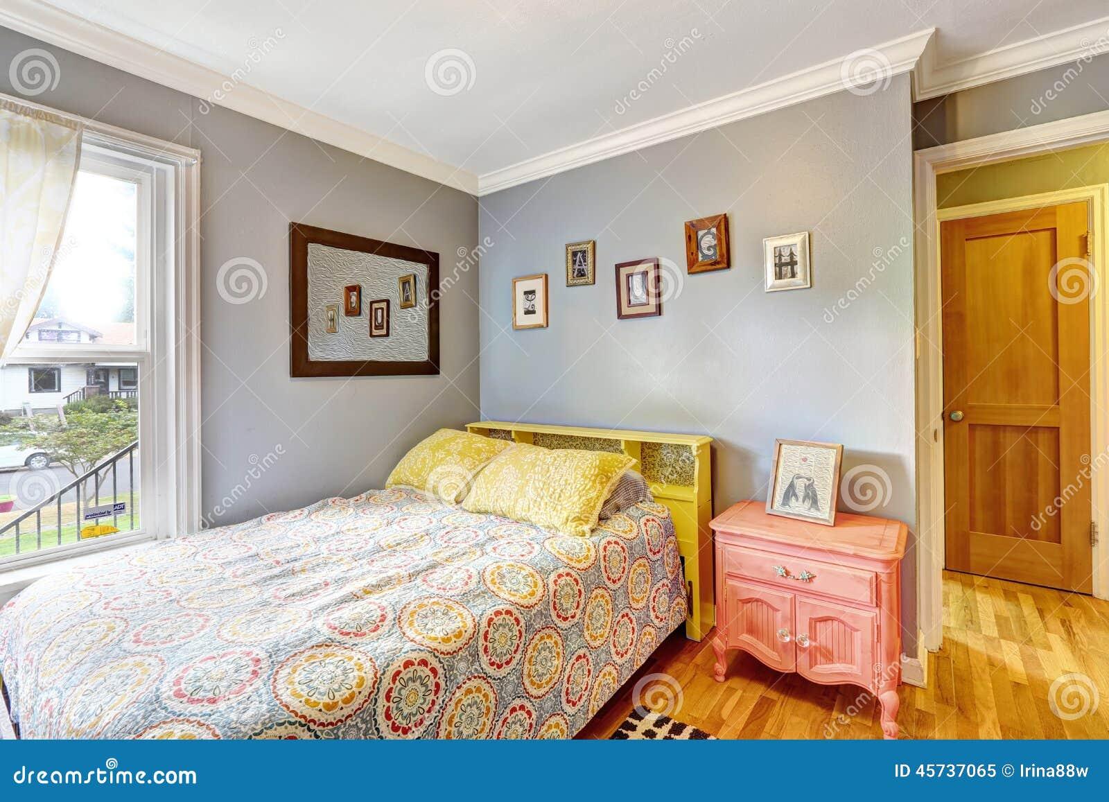 Gele Muur Slaapkamer : Eenvoudige slaapkamer met lichtblauwe muren stock afbeelding