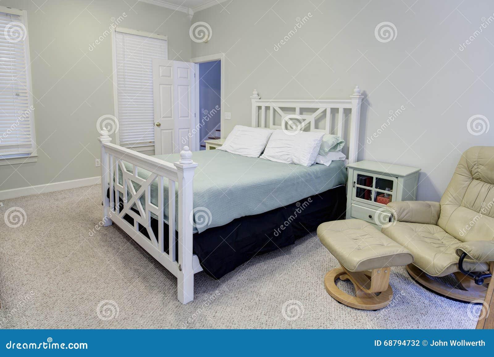 Eenvoudige slaapkamer in neutrale kleuren stock foto   afbeelding ...