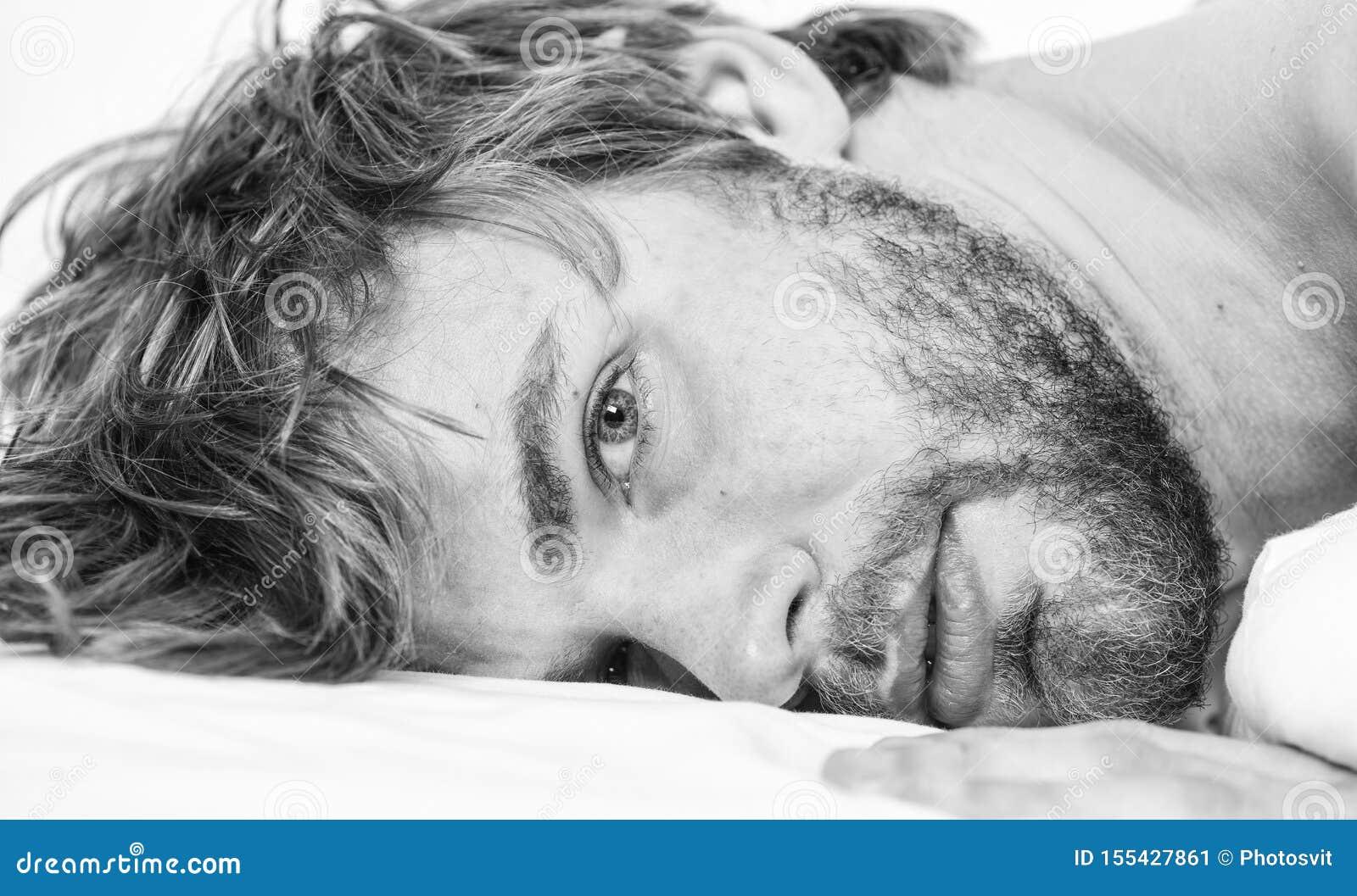 Eenvoudige uiteinden om uw slaap te verbeteren Het totaal ontspant concept Slaap van het mensen ontspant de ongeschoren gebaarde