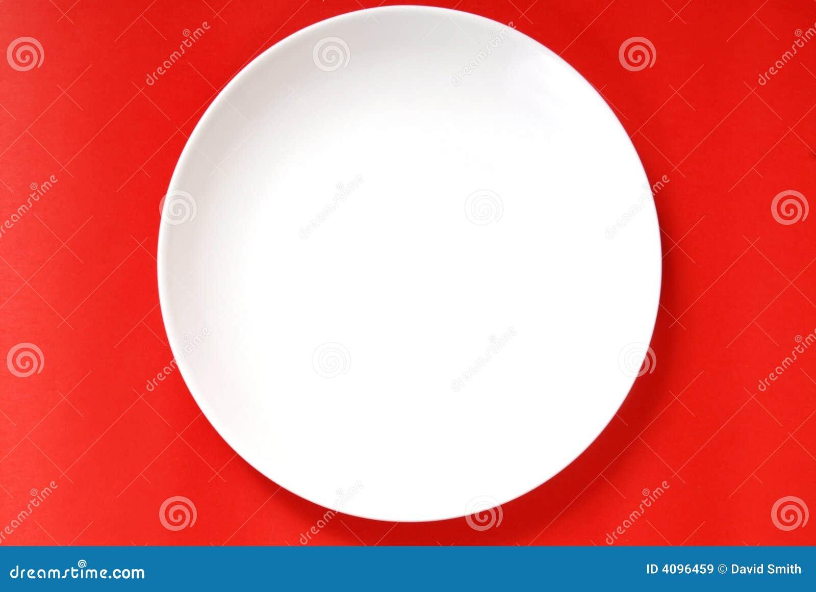 Eenvoudige witte plaat op een rode achtergrond