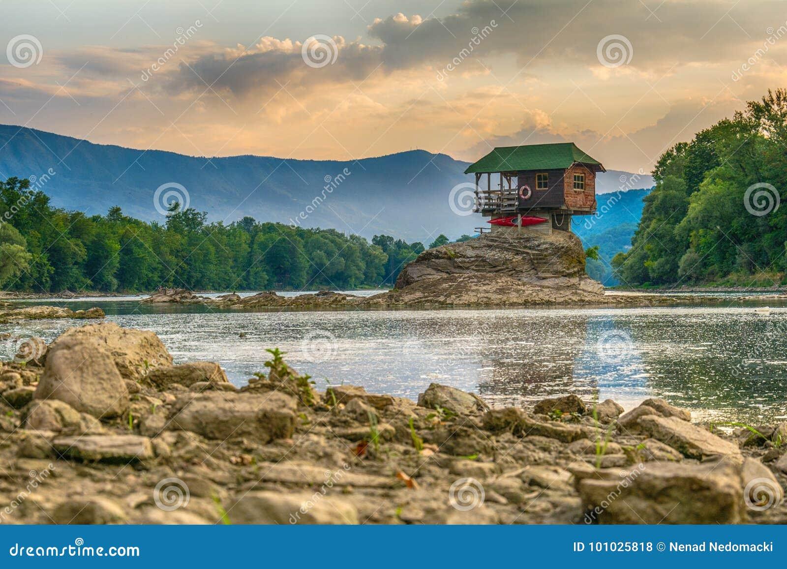 Eenzaam huis op de rivier Drina in Bajina Basta, Servië