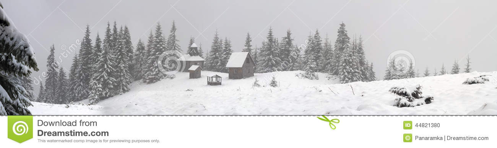 Eenzaam klooster tijdens sneeuwval