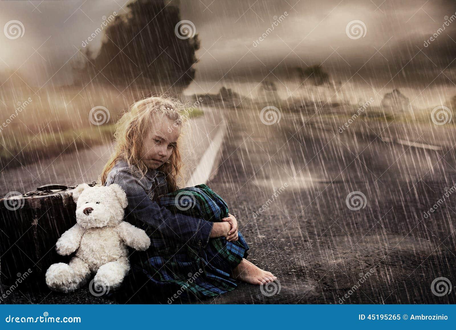 Spiksplinternieuw Eenzaam Meisje Alleen Op De Straat Stock Afbeelding - Afbeelding XS-61