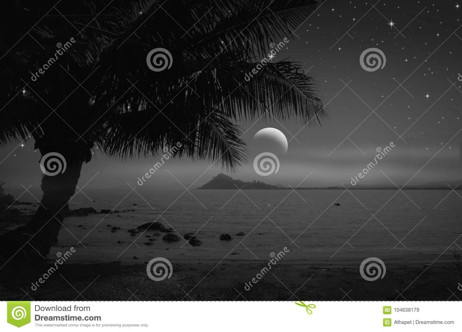 Eenzaam strand in toenemende nacht
