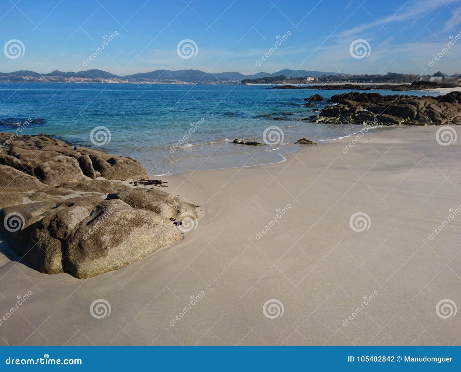 Eenzaamheid op een stil strand een zonnige de winterdag