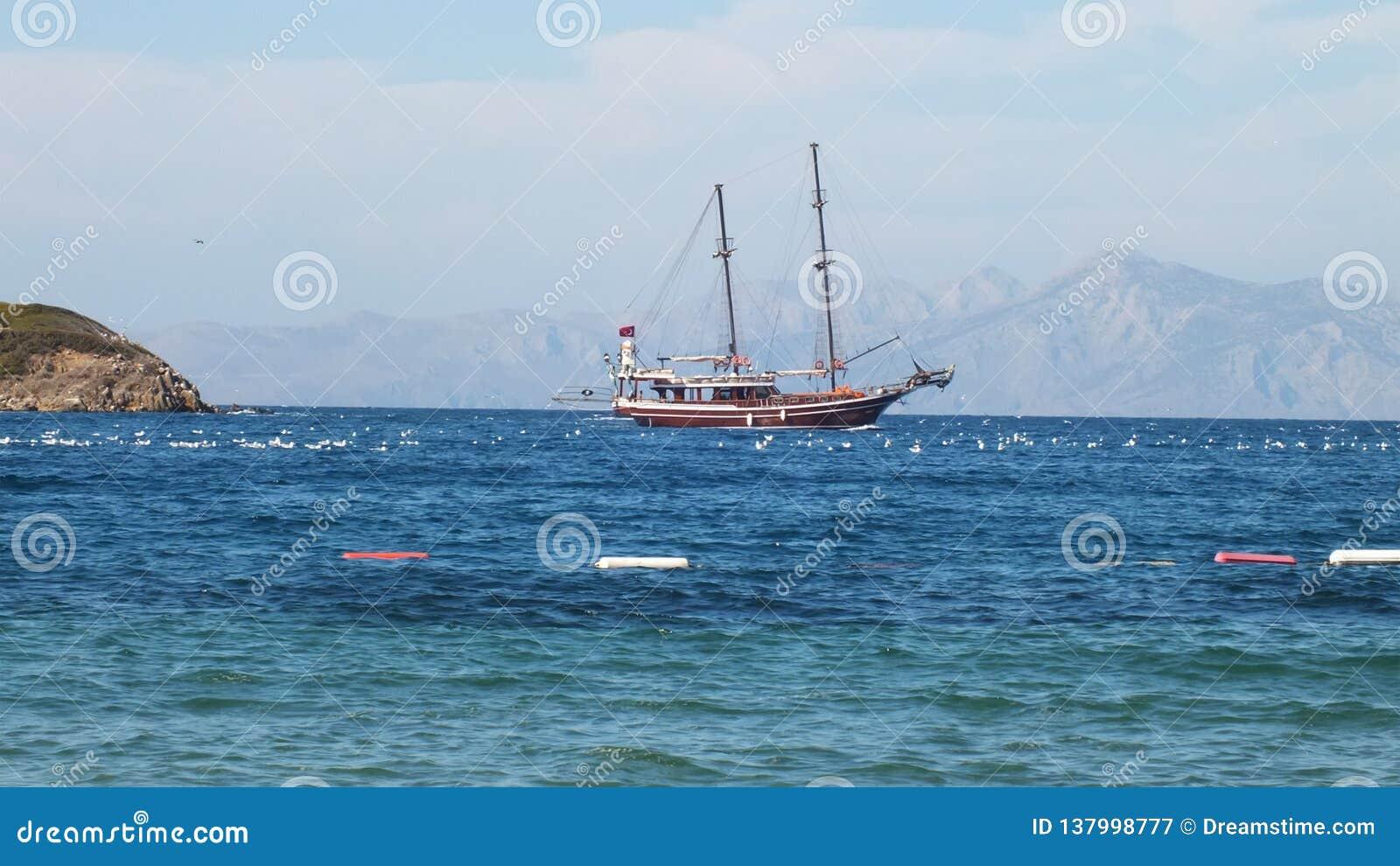 Eenzame boot op een kalme overzees