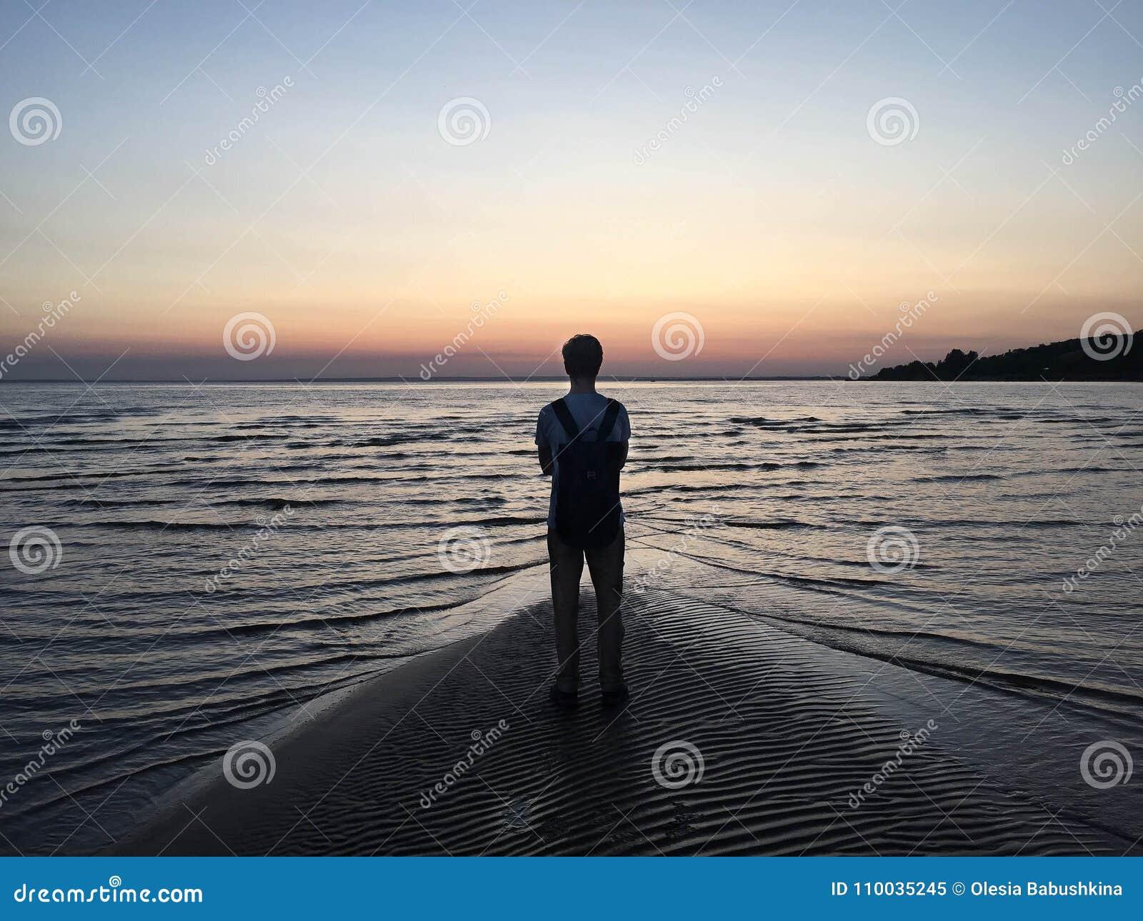 Eenzame jongen bij zonsondergang