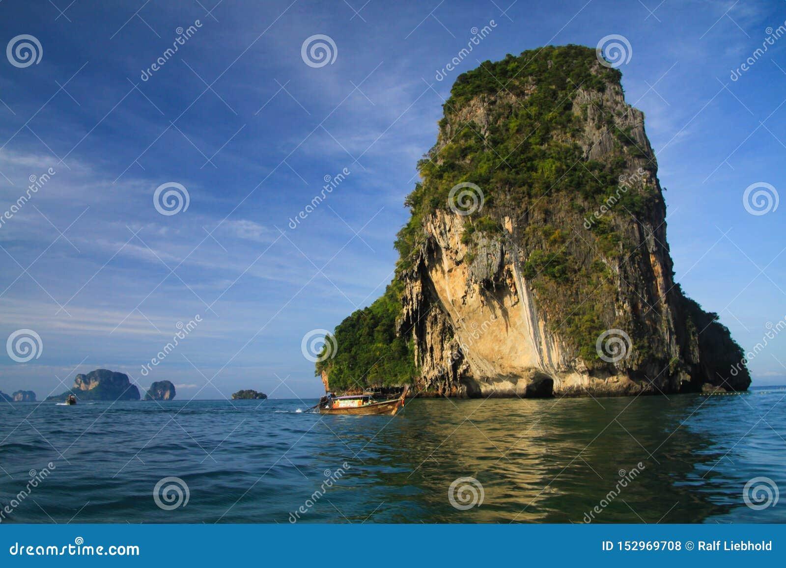 Eenzame kalksteenrots in een diepe blauwe Andaman-overzees dichtbij Ao Nang, Krabi, Thailand