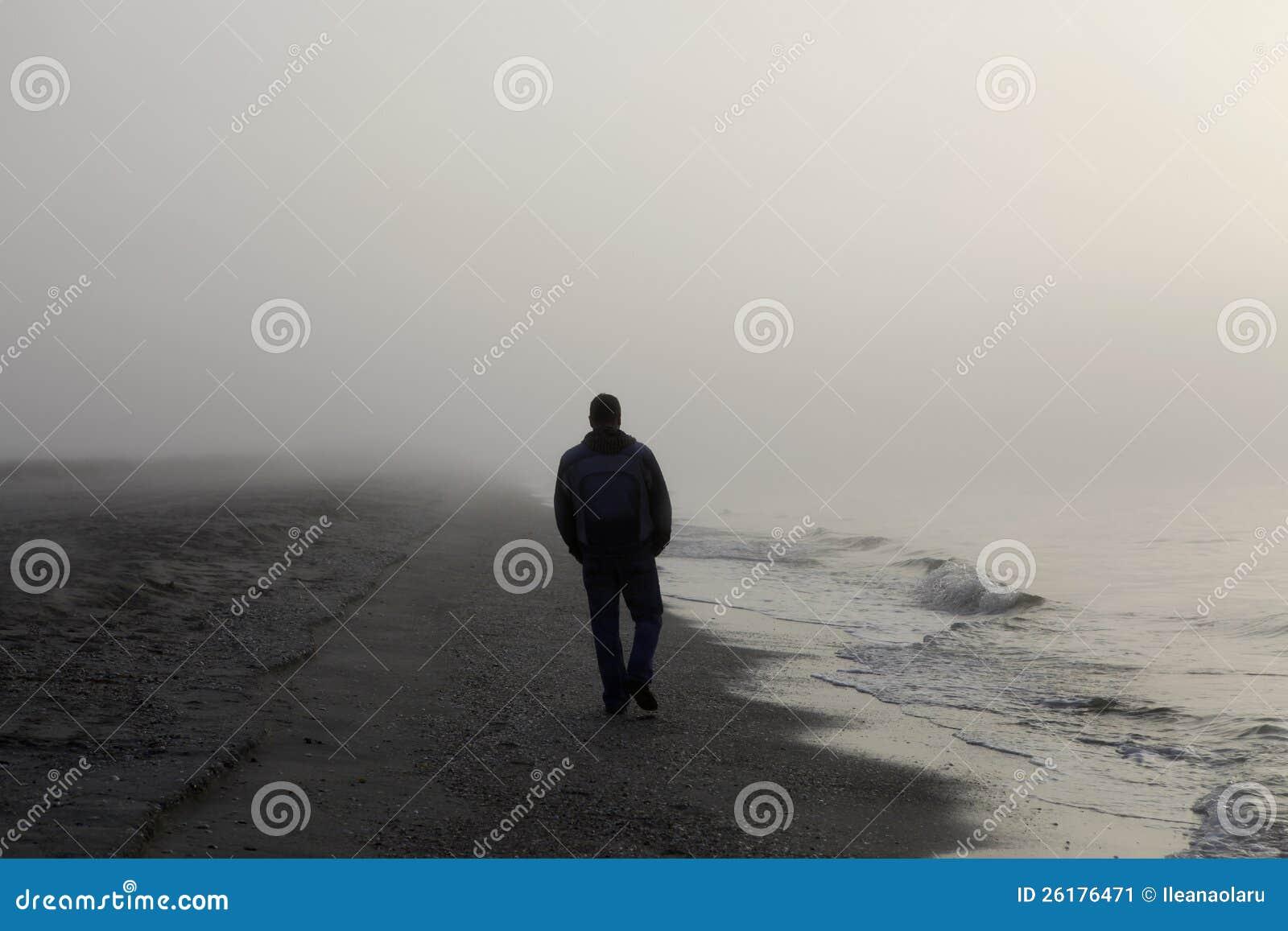 Eenzame mens die op een strand loopt