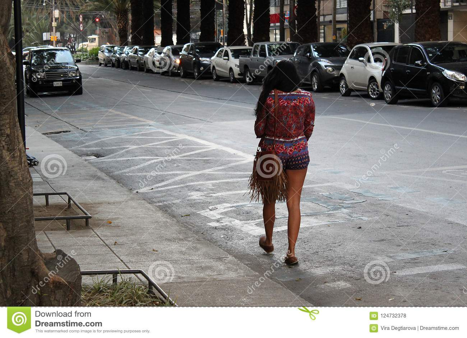 Eenzame mooie vrouw die op de straat lopen