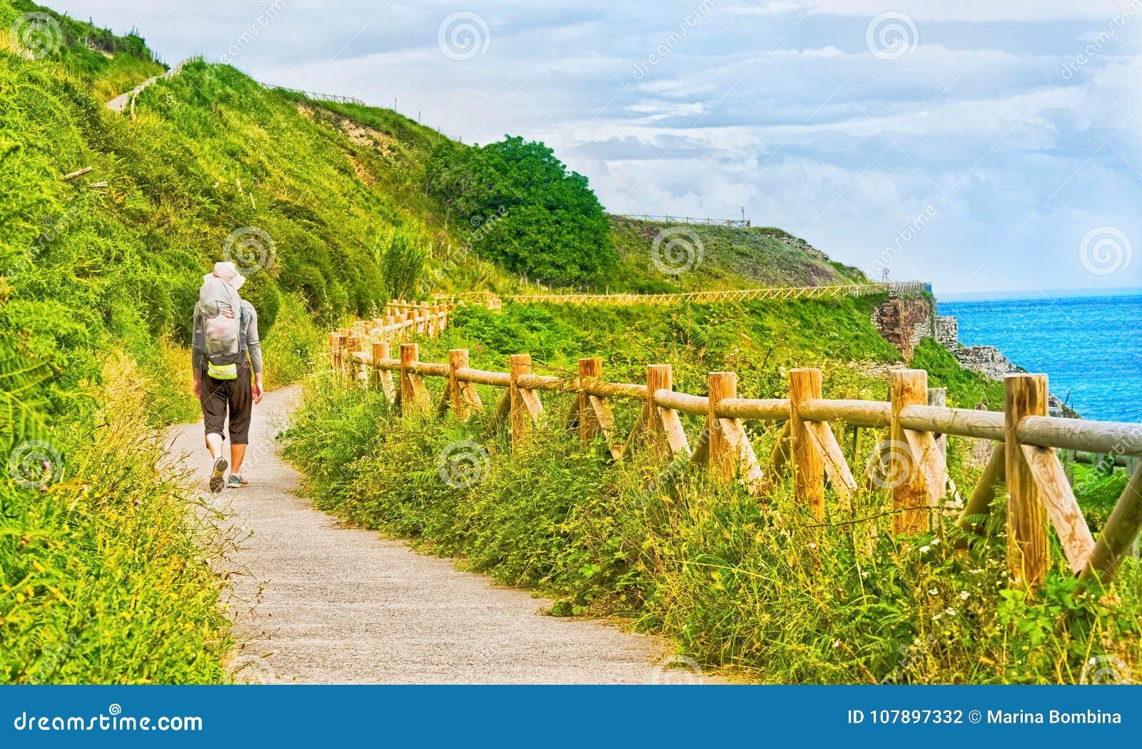 Eenzame Pelgrim die met rugzak Camino DE Santiago in S lopen
