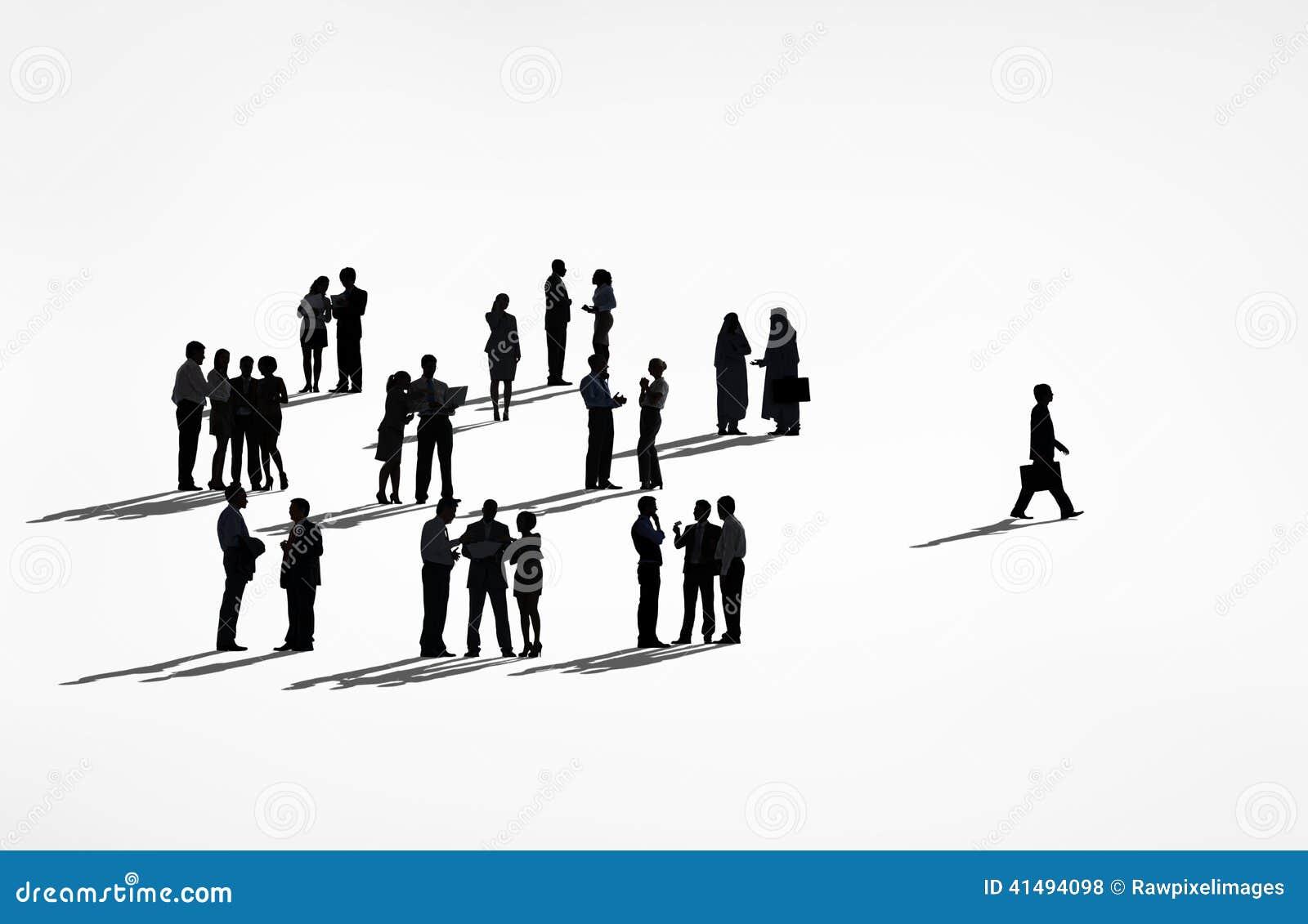 Eenzame Silhouetten van een Bedrijfsmens die vanaf de Groep lopen