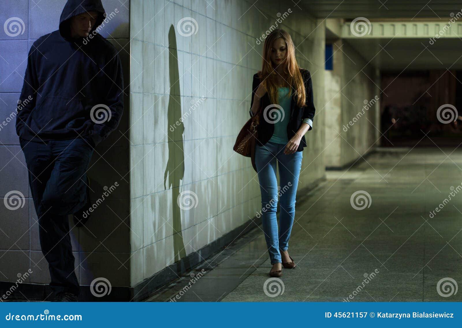Eenzame vrouw die bij nacht lopen
