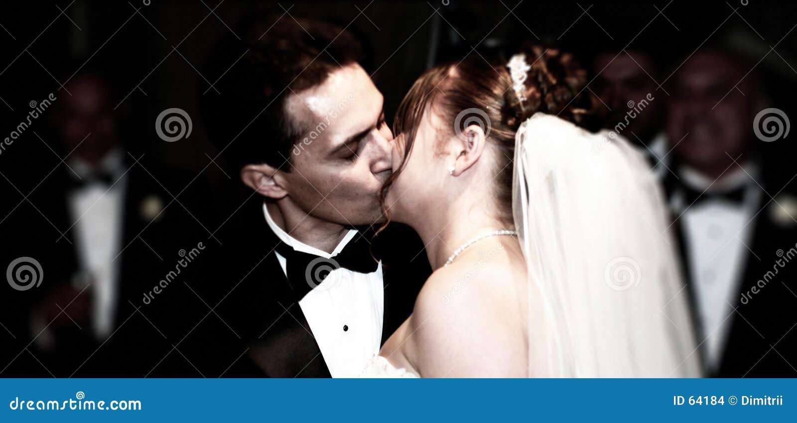 Eerste kus als echtgenoot en vrouw