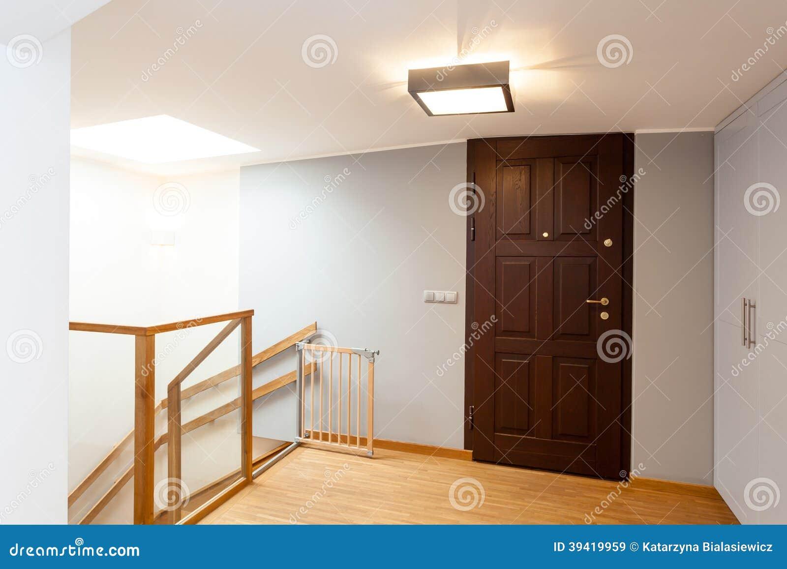 Houten wenteltrap met minimalistische leuning lichte interieur