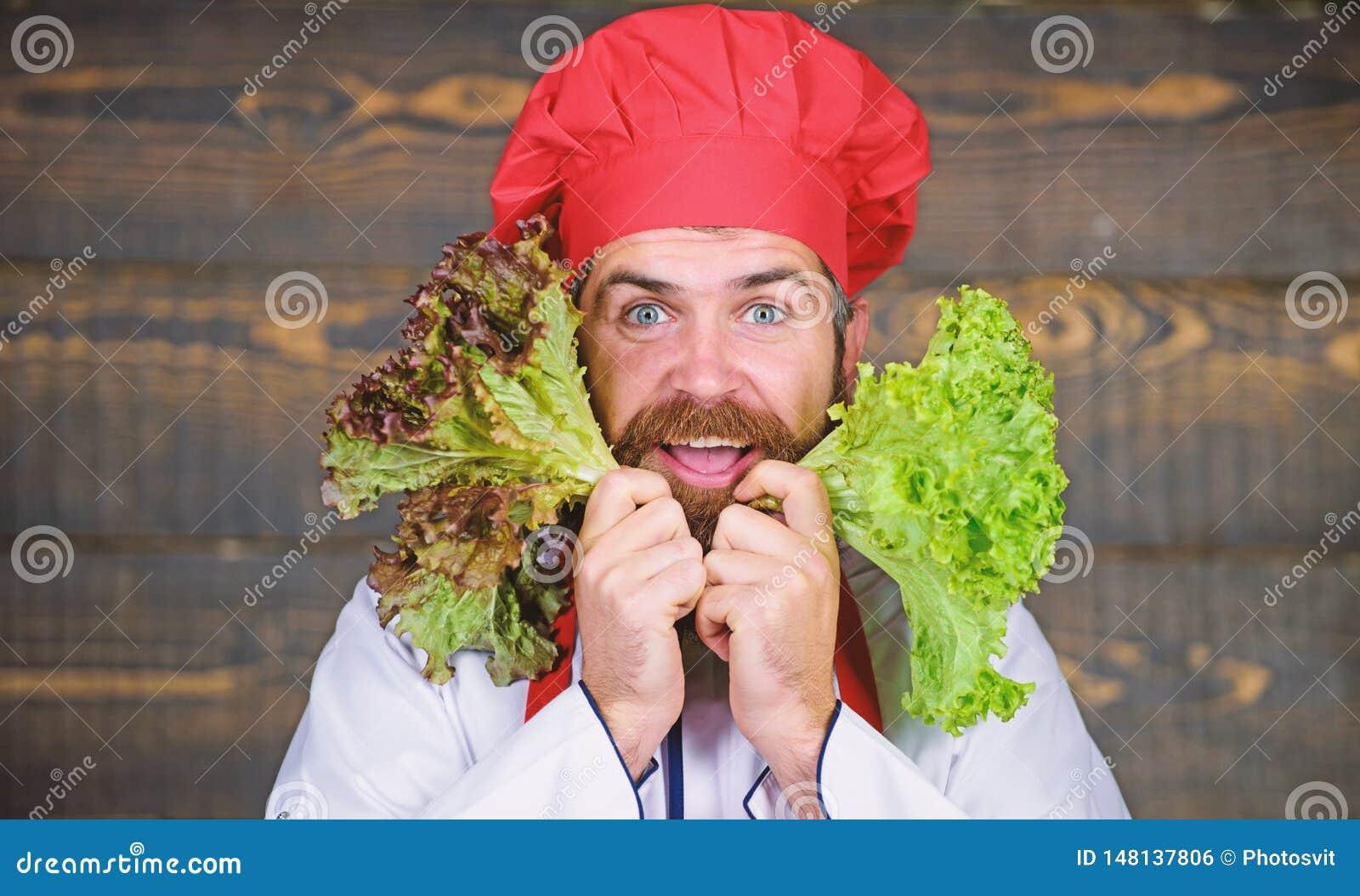Eet gezond Gezond ruw voedsel Het op dieet zijn concept De hoed van de mensenslijtage en de salade van de schortgreep Gezonde voe
