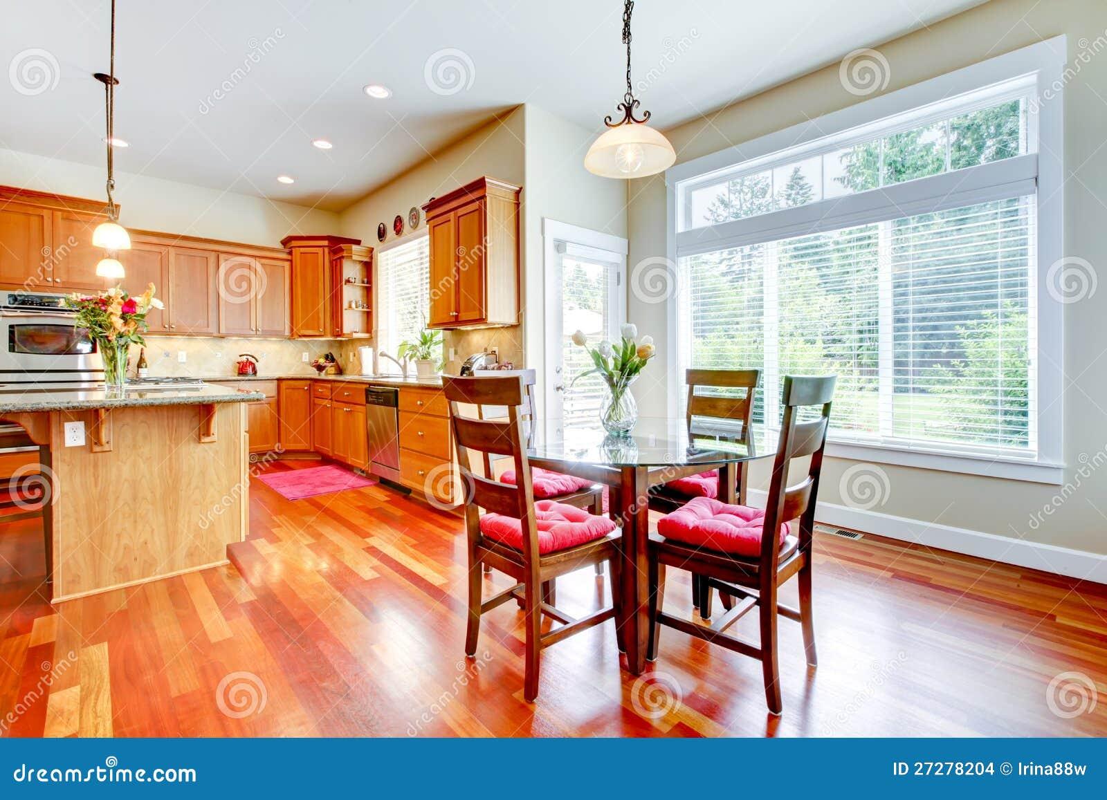 Eetkamer En Keuken Met Rood Kersenhout Stock Afbeeldingen ...