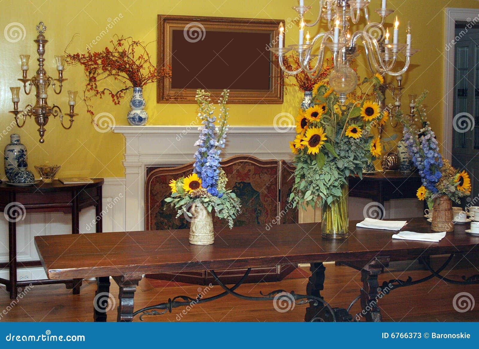 Eetkamer in geel stock afbeelding afbeelding bestaande uit